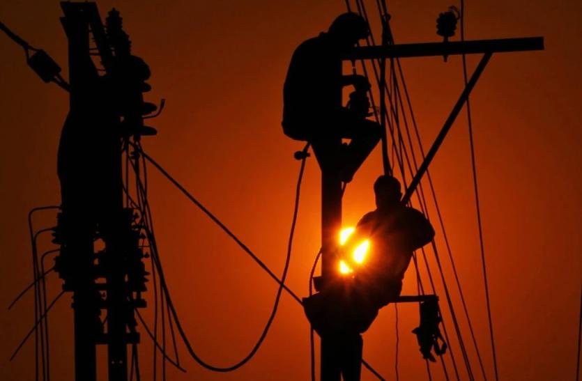 प्रसंगवश : बिजली बचत की अपील करने वाले ही कर रहे अनदेखी