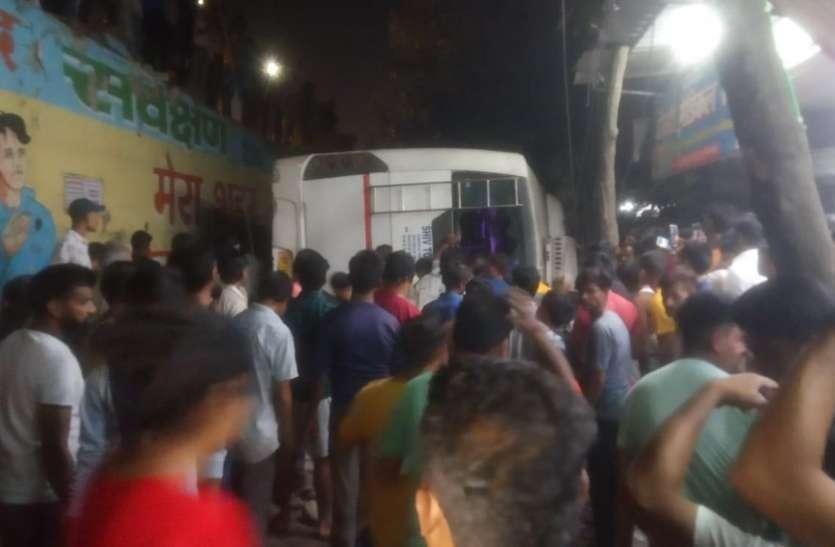 Ghaziabad में फ्लाईओवर से नीचे गिरी बस, एक की मौत, कई घायल, पीपल का पेड़ बना यात्रियों का सुरक्षा कवच