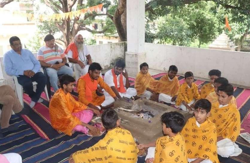 ये वेद पाठशाला: यहां जनजाति विद्यार्थी फर्राटे से बोलते है गीता, गणेश स्तुति, शिव तांडव