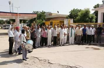 रोडवेज कर्मचारियों ने ढोल बजाकर किया प्रदर्शन
