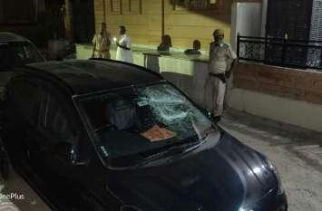 घर के बाहर खड़ी दो कारों में तोड़-फोड़