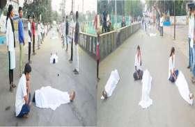 कोविड सेंटर से निकाले गए 30 कर्मचारी गिरफ्तार, कफन ओढ़कर सुबह पांच बजे सड़क पर कर रहे प्रदर्शन