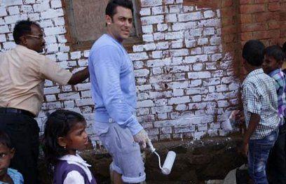 सलमान, करीना ने पेंट किया पूरा गांव, ग्रामीणों के खिले चेहरे