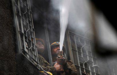 दिल्ली के गांधी नगर मार्केट में भीषण आग, दमकल की 20 गाडियां पहुंचीं