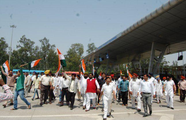 एंटी टेरोरिस्ट फ्रंट ने चंडीगढ़-दिल्ली टोल प्लाजा पर किया प्रदर्शन