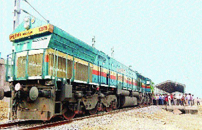 मड़वा रेल लाइन पर पहली बार दौड़ा इंजन