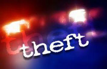 तीन दुकानों में लाखों की चोरी