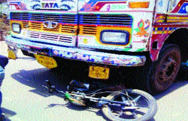 ट्रक के नीचे दबकर युवक की मौत