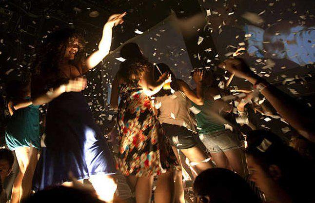 डांस बार में मिले हाईटेक तहखाने, 9 लोग गिरफ्तार