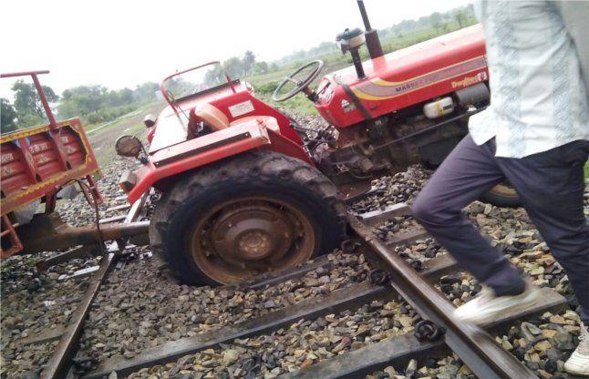 जब रेलवे ट्रैक पर फंसा ट्रैक्टर, सामने से आ रही थी ट्रेन