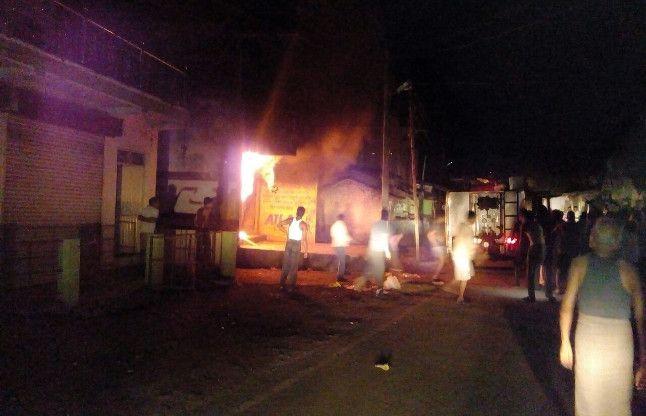 दुकान में लगी भीषण आग में फंसे दंपती की पड़ोसियों ने बचाई जान