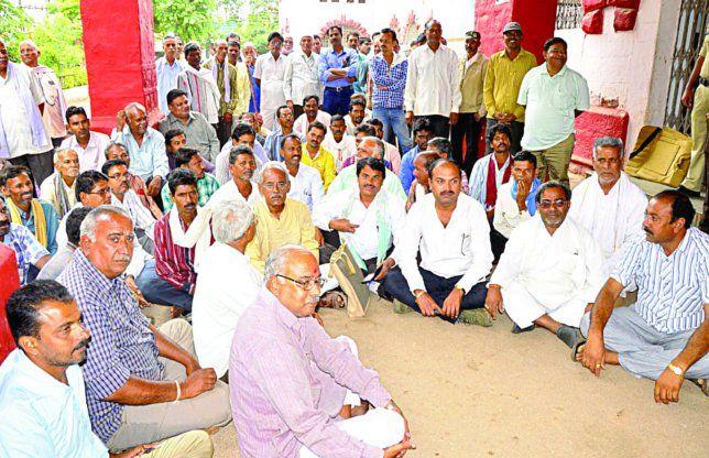 बिजली कटौती से परेशान किसान, अफसरों ने कहा- सरकार का आदेश