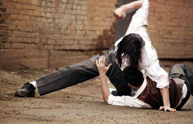 आजमगढ़: एसडीएम के सामने विरोधियों ने पीडि़त को पीटा