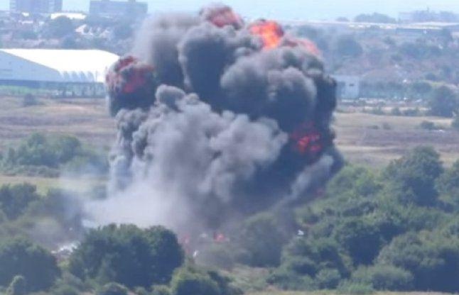 इंग्लैंड: सेना का विमान हाईवे पर क्रैश, 7 मरे 14 घायल