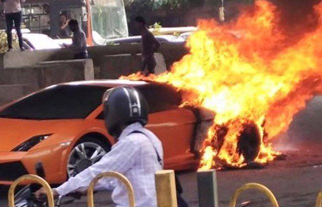 जल कर खाक हो गई 2.5 करोड़ रुपए की कार