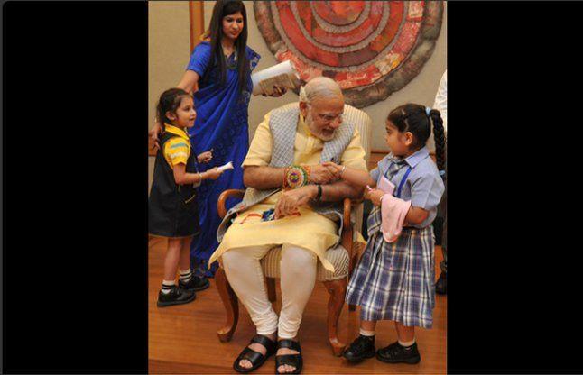रक्षा बंधन: बच्चों ने बांधी पीएम मोदी की कलाई पर राखी