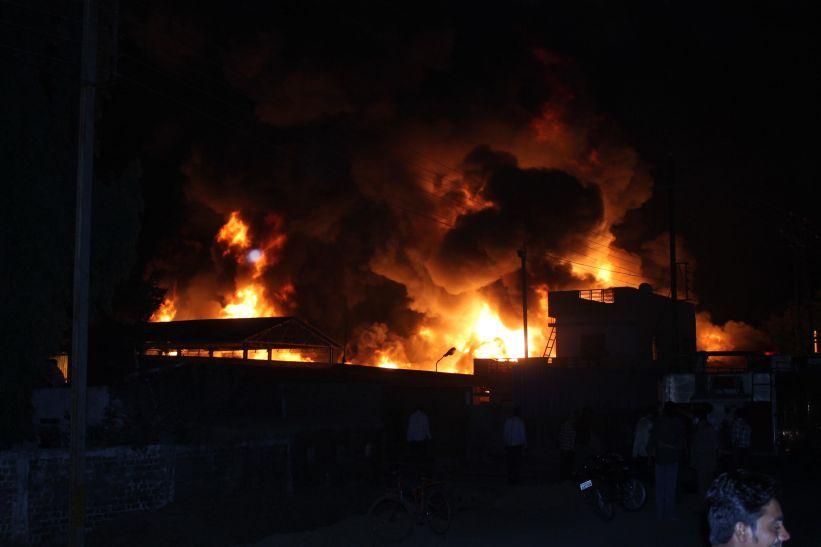 कैमिकल फैक्ट्री में लगी भीषण आग, 1 Km दूर से दिखी लपटें