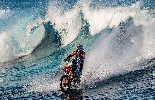 समुद्र में लहरों से भी तेज दौड़ाई इस स्टंटमैन ने बाइक!