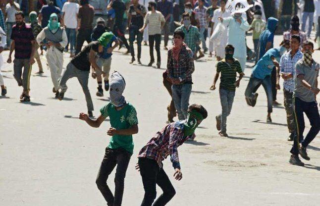 श्रीनगर: बीफ बैन का विरोध जारी, फिर दिखा पाक का झंडा