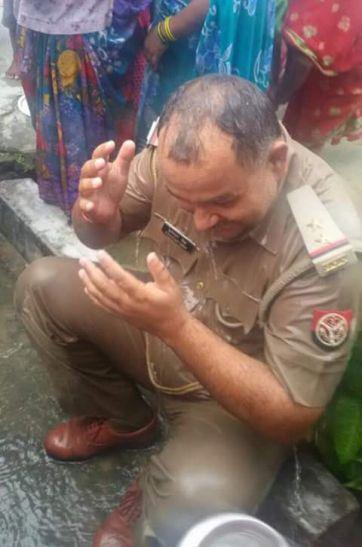 बारिश के लिए टोटका: थाने पहुंची महिलाओं ने दारोगा को नहलाया