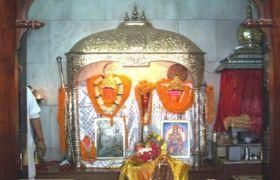 इस मंदिर में हैं हनुमानजी की दो मूर्तियां, मिलता अलग-अलग आर्शीवाद