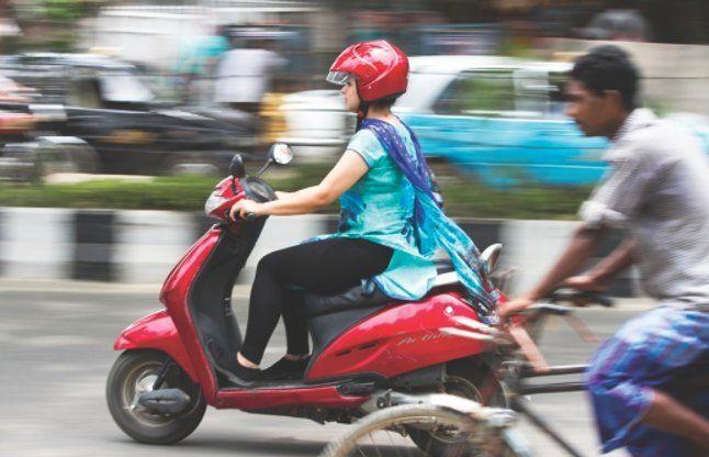 हर नई बाइक के साथ एक दो हेलमेट दिए जाएं: मद्रास हाई कोर्ट