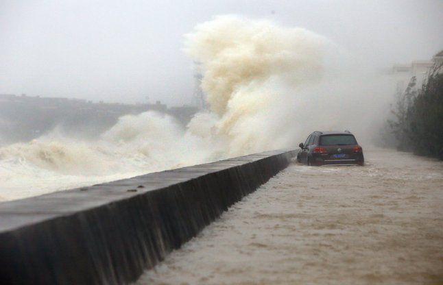 चीन: दुजुआन तूफान का कहर, बीते 10 सालों में नहीं उठीं इतनी ऊंची लहरें