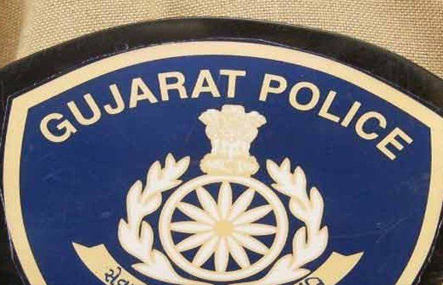 IPS की पत्नी पर लगा 17 पुलिसवालों को बंधक बनाने का आरोप