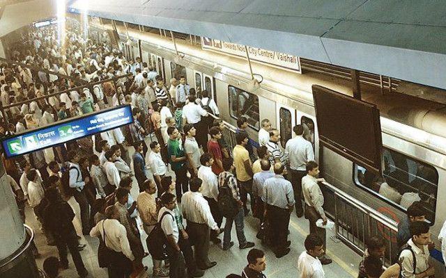 दिल्ली के राजीव चौक मेट्रो स्टेशन पर युवक ने खुद को गोली मारी