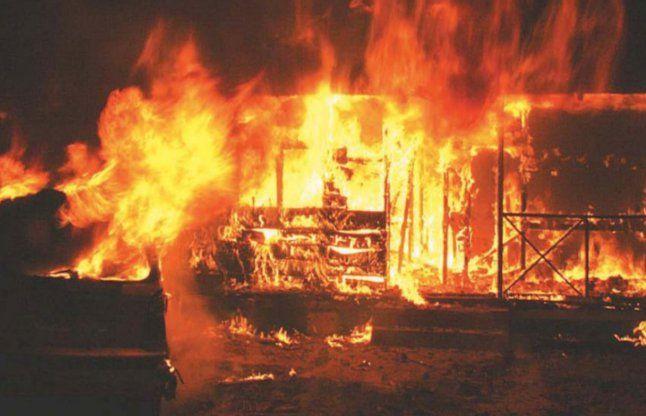 फैक्ट्री में आग लगने से लाखों का नुकसान