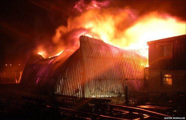 टीवी शोरूम में लगी आग, लाखों का सामान जलकर खाक