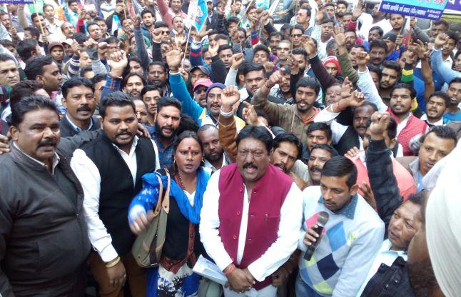 दलित समाज के हत्यारों पर कार्रवाई की मांग को लेकर निकाला मार्च