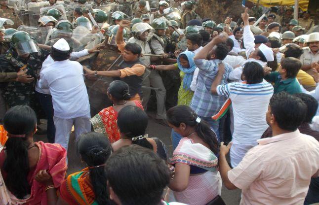 अखिलेश सिंह समर्थकों पर लाठीचार्ज, अखिलेश को किया गिरफ्तार