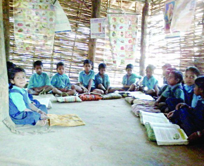 बजट में करोड़ों की सौगात, फिर भी यहां झोपड़ी में लग रही क्लास
