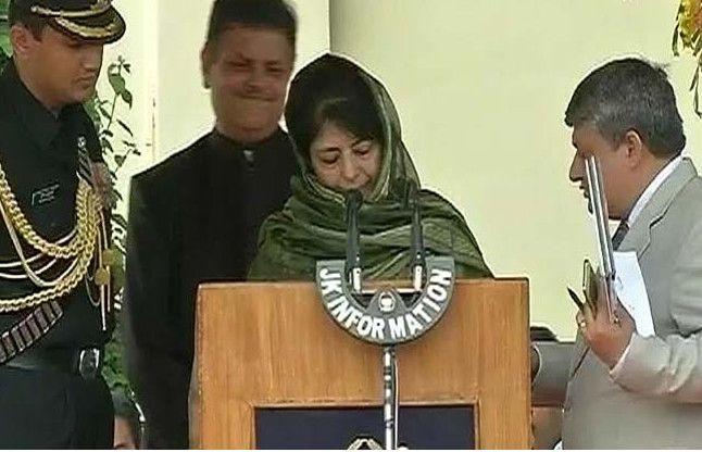 J&K: पहली महिला मुख्यमंत्री के रूप में महबूबा मुफ्ती ने ली शपथ