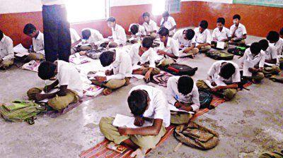 तपती फर्श पर बैठकर परीक्षा दे रहे बच्चे