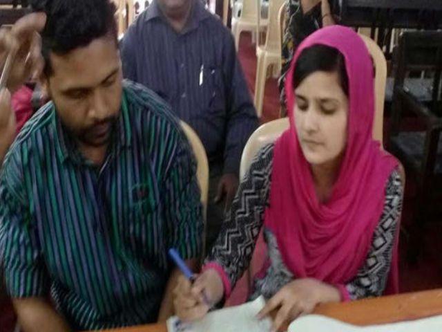 प्यार की राह में दुश्मन बने घरवाले, मुस्लिम लड़की ने चर्च में की शादी