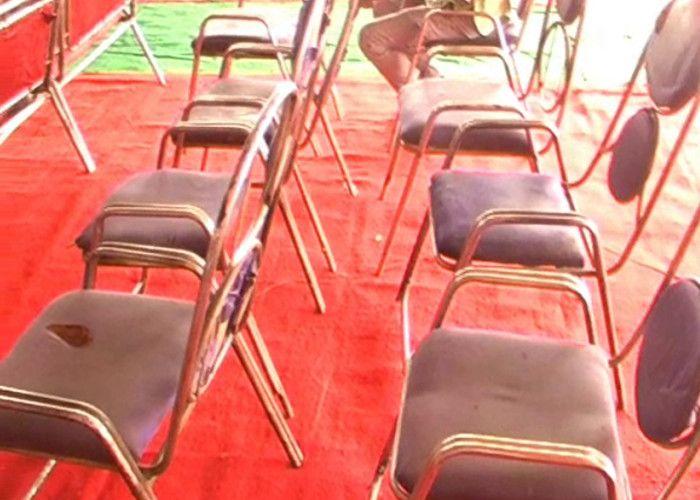 भाजपा के स्थापना दिवस में कार्यकर्ताओं के लिये तरसी कुर्सियां
