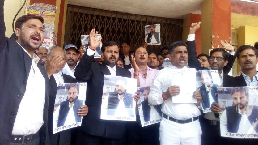 साथियों की हत्या-हमले के विरोध में अधिवक्ताओं का कार्य बहिष्कार