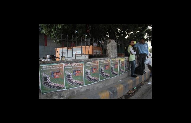 शाह का लगा विवादित पोस्टर, कांग्रेसी विधायकों को खरीदते दिखाया
