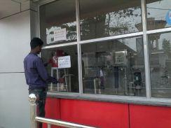 जिला अस्पताल में एक रुपया वाला ATM नहीं दे रहा पानी