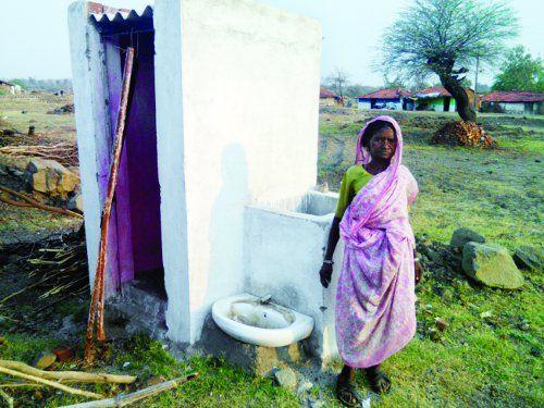 घटिया निर्माण की भेंट चढ़े अधूरे शौचालय