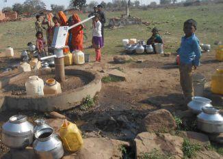 पानी की बूंद-बूंद को मोहताज ग्रामीण