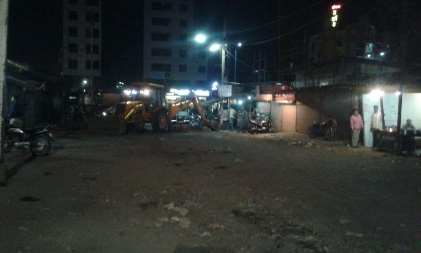 #PatrikaLive : रात 11 बजे बस स्टैंड का एंट्री गेट जेसीबी से खोदा, बस ऑपरेटरों का विरोध
