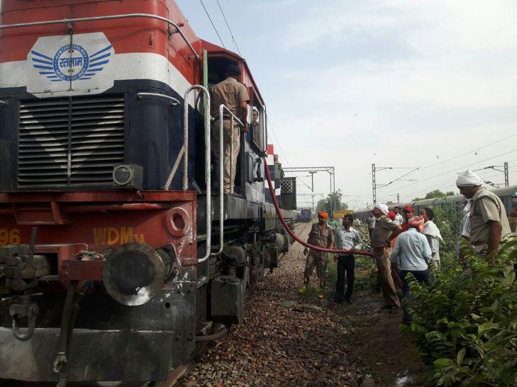 बनारस में धड़ाम की आवाज के साथ साबरमती ट्रेेन के इंजन में आग