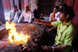 PAKISTANI गुलाम अली पर लगाया गौ-मांस खाने का आरोप, बनारस के प्रसिद्ध संकट मोचन मंदिर के महंत को लेकर शिवसेना ने क्या कहा, पढि़ए पूरी खबर