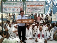 टोल प्लाजा के विरोध में किसानों का धरना प्रदर्शन
