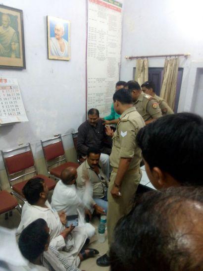 """थाने में """"सरकार"""" का धरना, मुख्यमंत्री अखिलेश की छवि बिगाड़ रहे कार्यकर्ता"""