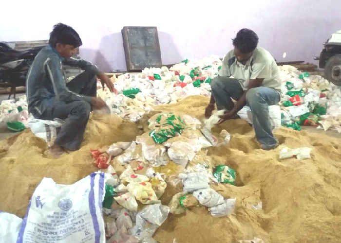 प्राइवेट गोदाम से 40 हजार किलो बच्चों का पोषण आहार जब्त