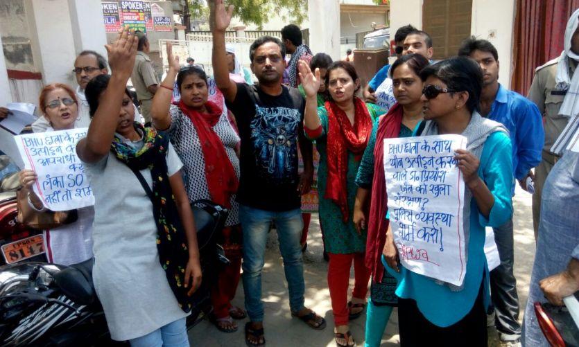 बीएचयू के डाक्टर की गिरफ्तार की मांग को लेकर छात्राओं का मार्च